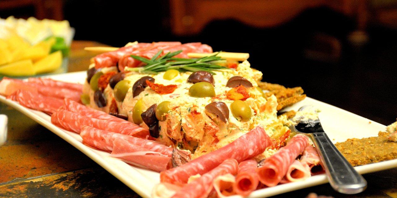 Craquelins au parmesan et rouleau de fromage à la crème