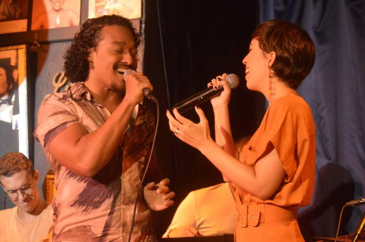 Suzana Morales convidou André Sigom ao palco deo Little Club, em Copacabana