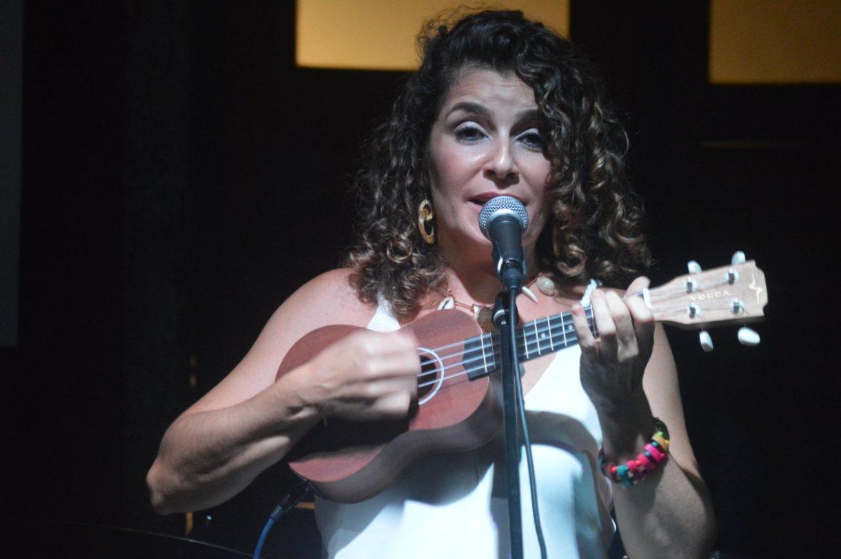 Cantora Mayra Itaboray e o Ukulelê na Casa de Luzia na Lapa.