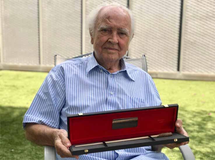 Antonio García Abril el pasado 13 de septiembre de 2020, en el jardín de su casa, mostrando con orgullo su Premio Cinemasmusic. Una batuta a la promoción y difusión del cine y su música, que no podía tener mejor dueño