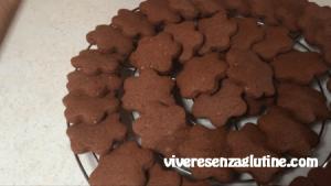 Biscotti al cioccolato senza glutine con glassa di zucchero