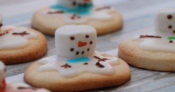 Pupazzi di neve sciolti su biscotti di pastafrolla senza glutine