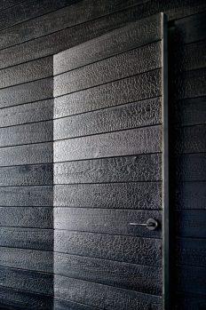 22_technique-bois-brule-shou-shi-gan_lakefront-austin-home-aamodt-plumb-architects_1-600x905