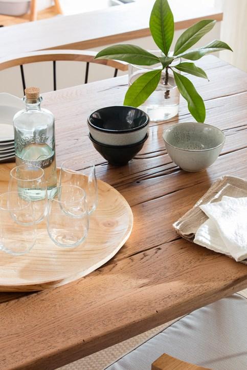 Mesa de madera y su decoración