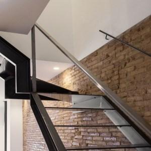 Escalera en hierro diseñada y realizada por Vive Estudio