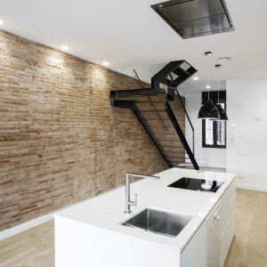 Cocina de diseño reformada y escalera en hierro