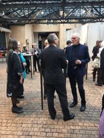 Vivicas Vänner -säätiön hallituksen jäsen Dick Idman (oik.) keskustelee Opetusteatterin johtaja Jyri Pulkkisen kanssa.