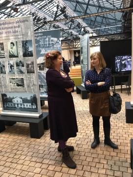 Näyttelyn suunnittelija Katarina Lindholm (oik.) taustoittaa näyttelyn syntyä.