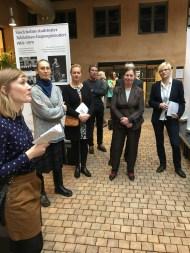Viva Vivica! -näyttelyn suunnittelija Katarina Lindholm (vas.) kertoo näyttelyn sisällöstä ja tavoitteista.