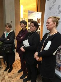 Näyttelyä katsastamassa olivat myös Vivican ystävät ja työtoverit Lilga Kovanko ja Kirsti Poikolainen (kesk.)