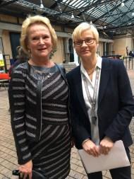 Vivicas Vänner -säätiön hallituksen puheenjohtaja Raija-Sinikka Rantala ja Taideyliopiston Teatterikorkeakoulun dekaani Maarit Ruikka valmiina toivottamaan kutsuvieraat tervetulleiksi.