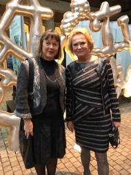 Taideyliopiston Teatterikorkeakoulun suhdetoimintapäällikkö Raija Vuorio ja Vivicas Vänner -säätiön hallituksen puheenjohtaja Raija-Sinikka Rantala.