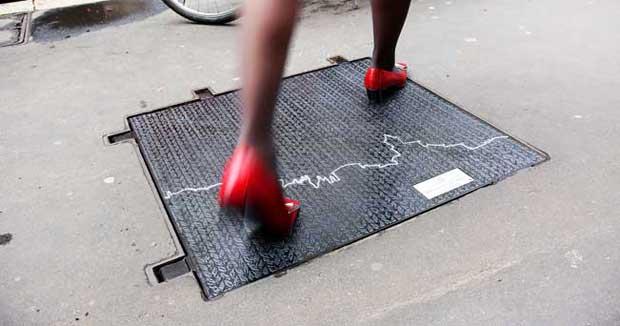 Tombini griffati nelle vie della moda a Milano