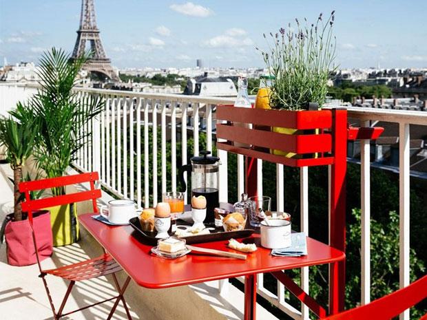 Arredo esterno di design per piccoli spazi: il tavolo Bistro di Fermob