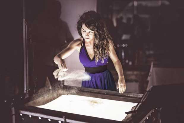 Lo spettacolo di Sand Art dell'artista EKA al Teatro Delfino di Milano
