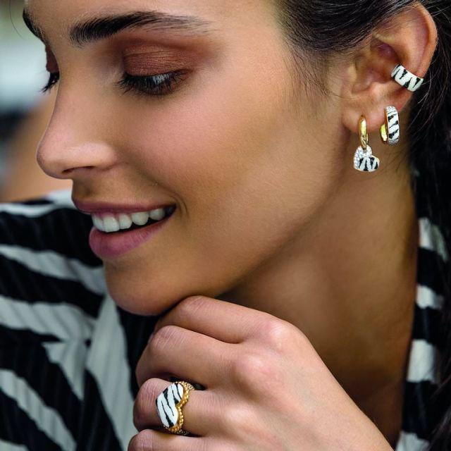 Orecchini zebrati: il nuovo must have per chi cerca gioielli particolari