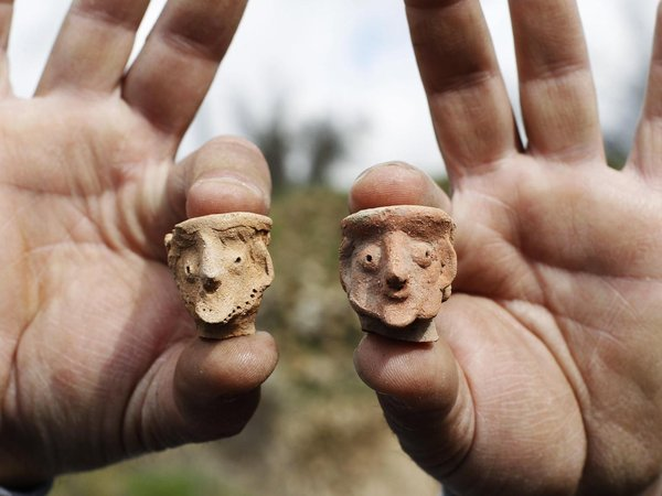 https://i1.wp.com/vividtimes.com/wp-content/uploads/2012/12/An-employee-of-the-Israeli-Antiquities-Authority-displays-figurines-at-Tel-Motza-archaeological-site-on-the-outskirts-of-Jerusalem..jpg?fit=600%2C450