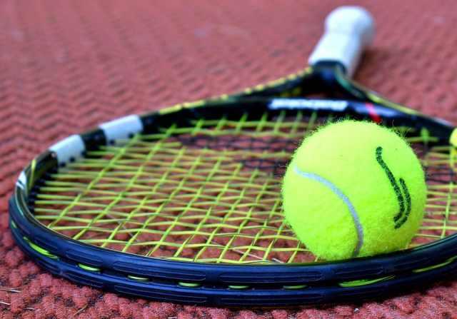 raqueta y bola de tenis