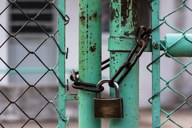 Vallas cerradas con cadenas y candados