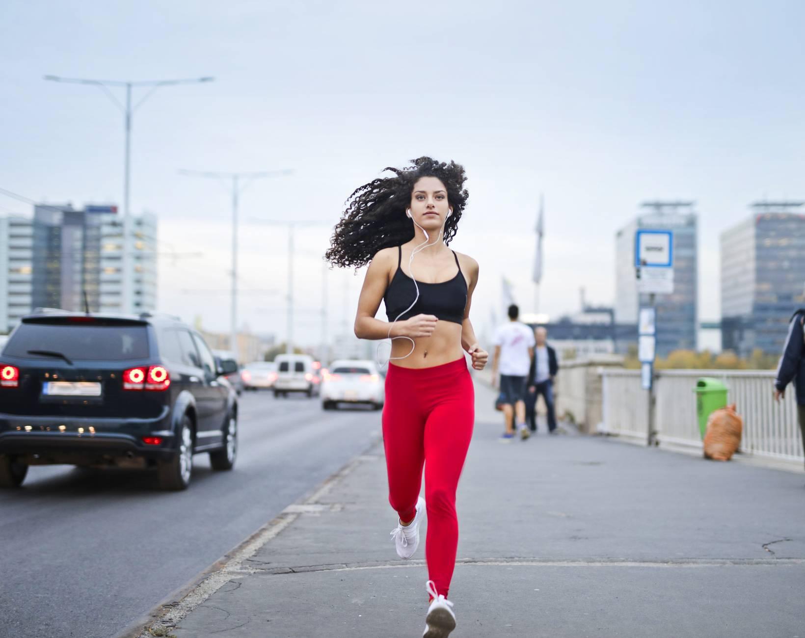 Mujer corriendo por la calle