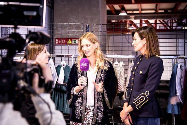 La guapa modelo Teresa Baca Astolfi entrevistando aBelén Villalobos y a Nieves Alvarez