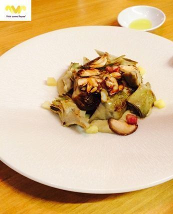 Rooster. Alcachofas salteadas con setas de temporada, tocineta y jugo de carne.