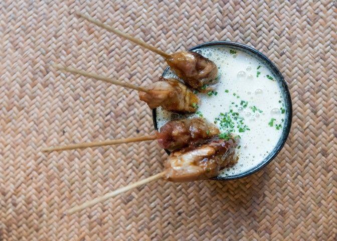 Satay balinés de pollo, coco, lima y chile. Pink Monkey