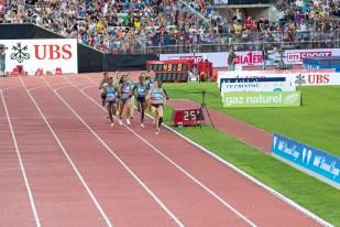 Le peloton de coureuses aux premiers 400m de l'épreuve des 800m. © Oreste Di Cristino / leMultimedia.info