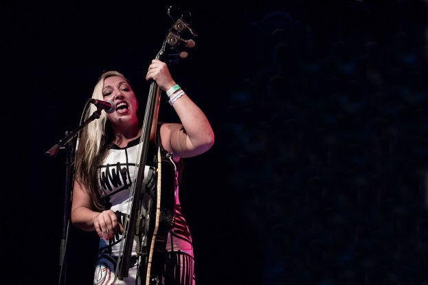 La chanteuse et contrebassiste Wanda Lazzarovic sur la scène du Parc de Vernex lors du set de Bomba Titinka. © Oreste Di Cristino / leMultimedia.info