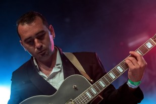 "Dario Mattoni à sa guitare au ""Music in the Park"" lors du set de Bomba Titinka. © Oreste Di Cristino / leMultimedia.info"