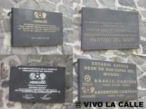 Algunas placas conmemoratorias a hitos del estadio