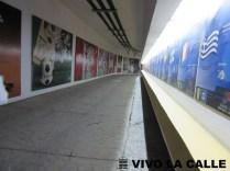 Túnel interior que es adornado con momentos importantes y clubes que han jugado en el estadio