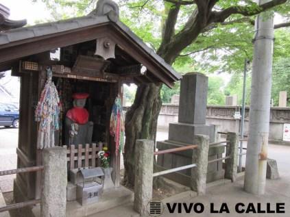 Entrada al cementerio desde la estación Nippori.