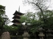 Pagoda Kan'ei-ji, lamentablemente para obtener una buena fotografía hay que hacerla desde dentro del zoo.