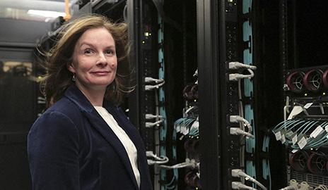 Nadine Unger com ômega supercomputador da Yale.