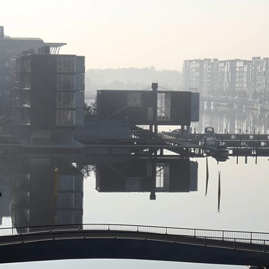 Reflet d'un immeuble dans l'eau.