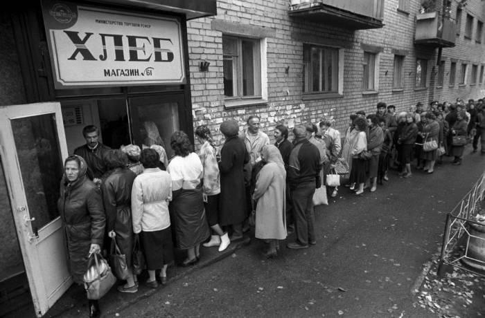 Очередь в продуктовый магазин конца советской эпохи. Фото: urokiistorii.ru