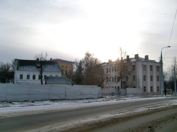 Слева здание XIX-XX вв. снесено несколько лет назад. Снято в ноябре 2010 г.