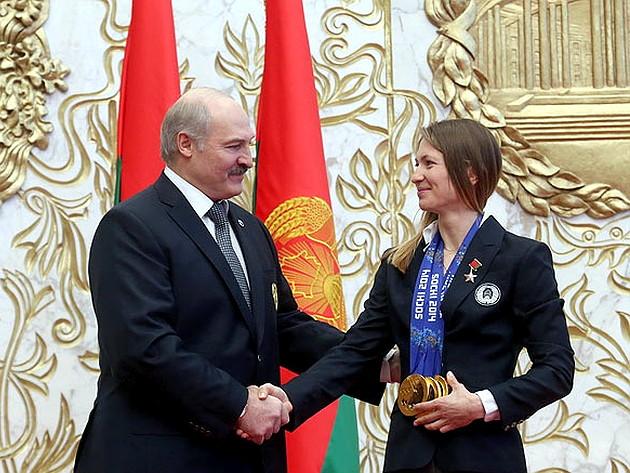 Награждение Дарьи Домрачевой. Фото: hotimsk.by