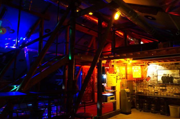 """В """"Чердачке"""" каждый найдет себе место по душе: под потолком, на диване, на барном стуле или скамье - выбор велик! Фото Алена Евдокимова"""