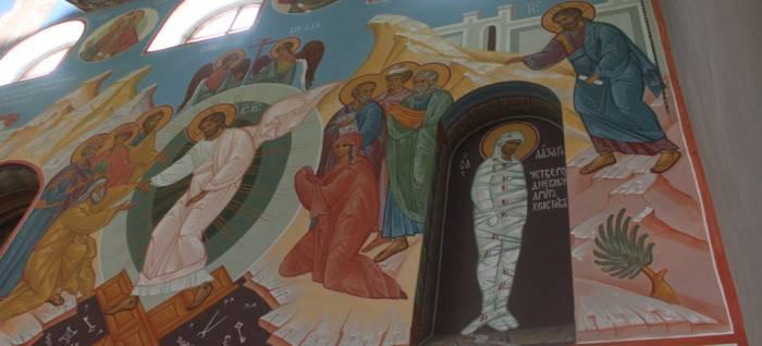 Стены храма украшают лики святых и мучеников. Фото Саши Май