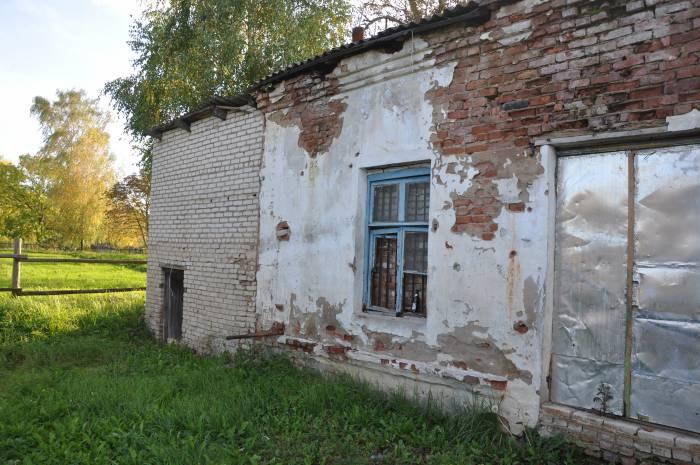 В старом здании магазина когда-то была котельная, а также отдельный склад. Сейчас это только развалины. Фото Анастасии Вереск