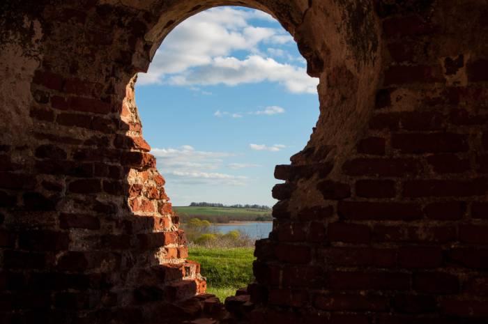 Церковь и озеро смотрят друг на друга. Фото Анастасии Вереск