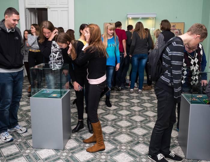 Посетители экспозиции Тракайского музея