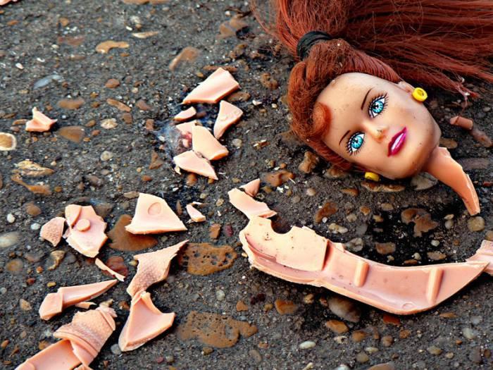 сломанная кукла