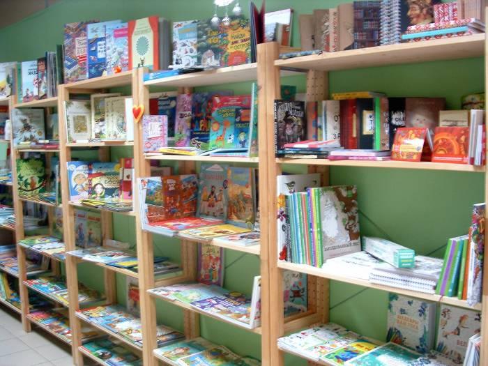 Литературный клуб пополняется книгами. Фото Дарьи Максименко