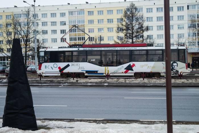 """Надпись на витебском трамвае: """"Всю жизнь в субботник превратим"""". Фото Анастасии Вереск"""