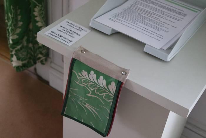 К обоям в Рундальском дворце (Латвия) прикасаться нельзя, но можно потрогать образцы. Фото Анастасии Вереск