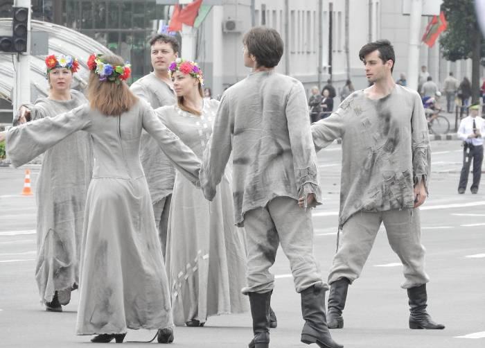 Артисты НАДТ имени Якуба Коласа во время театрализованного представления 3 июля 2017 года. Фото Светланы Васильевой