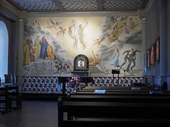 В алтарной части костела изображены как библейские персонажи, так и современные люди: солдаты, мужчины в деловых костюмах. Ангелы играют вовсе не на райских музыкальных инструментах, а на гитаре, скрипке, саксофоне и барабане. Фото Светланы Васильевой